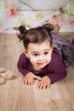 1 och ett halvt årigt behandla som ett barn flickan inomhus Arkivfoto