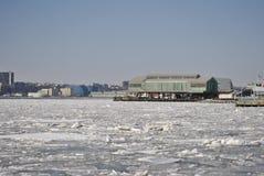 Is och frost på cityscapen fotografering för bildbyråer