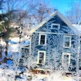 Is- och frostform på fönster arkivfoton