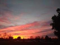 och himlen vänder rött royaltyfri bild