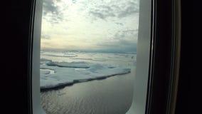 Is och isberg från hyttventilfönster av yachten i det arktiska havet arkivfilmer