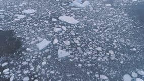Is och isberg i havet Snabbt antennskott för Antarktis stock video