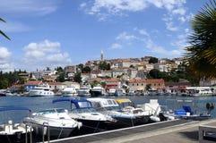 By och marina av Vsar, Kroatien Arkivfoto