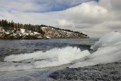 Is och snö på kusten av Lake Superior, skyffelpunkt i avståndet. royaltyfri fotografi