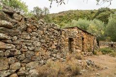 By- och stenbyggnader på Tuvarelli i Korsika Arkivbild