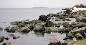 Ochacov Зима Чёрное море Остров в Чёрном море пляж утесистый Валуны гранита на береге Чёрного моря Стоковые Фотографии RF
