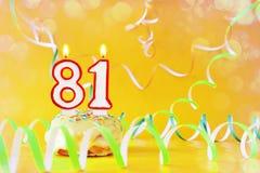 Ochenta un años de cumpleaños Magdalena con las velas ardientes bajo la forma de número 81 fotos de archivo libres de regalías