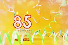 Ochenta y cinco años de cumpleaños Magdalena con las velas ardientes bajo la forma de número 85 foto de archivo