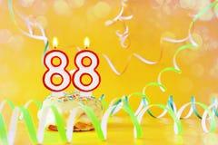Ochenta y ocho años de cumpleaños Magdalena con las velas ardientes bajo la forma de número 88 fotografía de archivo