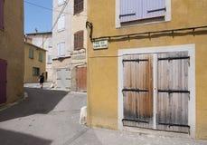 Ocher ściany i inni kolory w starym centrum średniowieczny grodzki riez w francuskim Provence fotografia royalty free