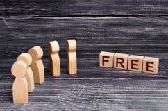 Ocher деревянных людей перед надписью бесплатно Люди за скидкой и свободными товарами Низкие цены, продажа Стоковое фото RF