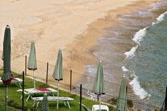 Ocher желтый пляж и голубое зеленое море стоковая фотография rf