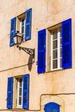 Ocher стена, лампа и голубое окно-Provemnce, Франция стоковое изображение rf