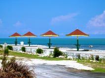 Ocho里奥斯牙买加红色被顶房顶的海边咖啡馆表 免版税库存图片