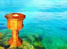 Ocho echaron a un lado fuente bautismal con agua clara adentro detrás fotografía de archivo libre de regalías