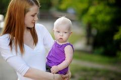 Ocho meses del bebé en manos de las madres foto de archivo libre de regalías