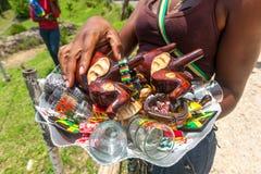 OCHO RIOS, ЯМАЙКА - 7-ОЕ МАЯ 2012: Сувениры дальше стоковые фотографии rf