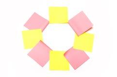 Ocho rosados y etiquetas engomadas amarillas Fotografía de archivo libre de regalías