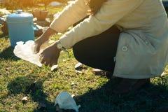 Ochotnicze kobiety pomagają śmieciarskiej kolekci dobroczynności Obraz Stock