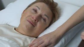 Ochotniczego podporowego płaczu damy starszy cierpienie od nieuleczalnej choroby, opieka zbiory wideo