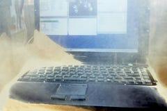 Ochraniający laptop na piaska i pyłu testach obraz stock