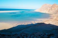 Ochraniający teren Qalansia plaża laguna i góry, Socotra, Jemen zdjęcia royalty free