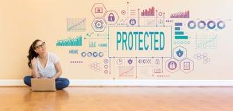 Ochraniający z młodą kobietą używa laptop zdjęcia stock