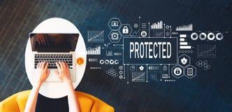 Ochraniający z osobą używa laptop zdjęcia royalty free