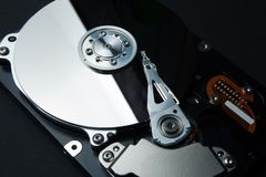 Ochrona dane i informacja osobista na internecie Dysk twardy i magnetofonowa głowa na czarnym tle zdjęcia stock