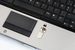 Ochrona kędziorek na laptop klawiaturze fotografia stock