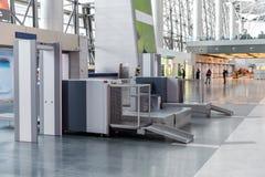 Ochrona lotniska czeka punkt z wykrywaczem metalu obrazy stock