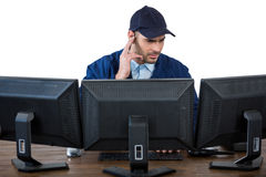 Ochrona oficer słucha earpiece podczas gdy używać komputer obrazy royalty free