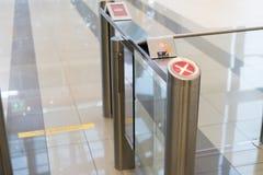 Ochrona przy wejściową bramą z kluczowej karty kontrola dostępu mądrze budynkiem biurowym zdjęcia stock