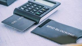 Ochrona rękaw dla bezpiecznie kredytowej karty od oszustwa, DĘBNY generator z kartą na strefie środkowej Zdjęcie Stock