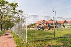 Ochrona rubieżny fechtunek przy mieszkaniową społecznością Zdjęcie Royalty Free