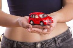 Ochrona samochód pojęcia prowadzenia domu posiadanie klucza złoty sięgający niebo zdjęcia stock