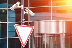 Ochrona system obserwacji przy wejściem nowożytny budynek biurowy Dwa kamery wideo inwigilacja Obrazy Royalty Free