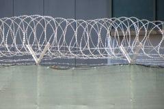 Ochrona z drutu kolczastego ogrodzeniem obrazy royalty free