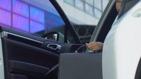 Ochroniarz otwiera samochodowego drzwi żeński bizneswoman, dobra usługa, biznes zbiory