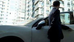Ochroniarz otwiera samochodowych drzwi bizneswoman, zapewnia ochronę dla vip osoby fotografia stock