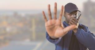 Ochroniarz outside z miasta tłem przerwy ręki gestem i obrazy royalty free