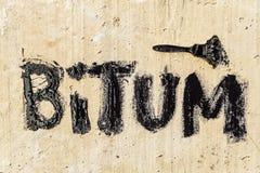 Ochronny bitumu mastyks na betonowym bruku z muśnięciem Bitum - czarny bitumiczny s?owo obraz royalty free