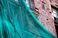 Ochronny cień na fasadzie zniszczony ceglany dom zdjęcie royalty free