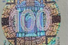 Ochronny watermark na sto euro rachunkach w makro- ochrona przeciw podrabiać banknoty hologram szczegół papier fotografia royalty free