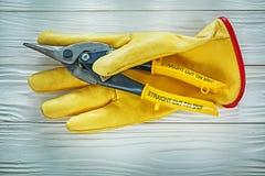 Ochronnych rękawiczek cyny snip na drewnianej desce zdjęcia royalty free