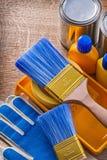 Ochronnych rękawiczek farby muśnięć taca butelkuje puszki Obraz Royalty Free