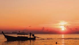 Ochrony środowiska pojęcie: Zmierzch rzecznej łodzi sylwetki krajobraz obrazy royalty free