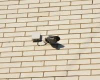 Ochrony CCTV kamera wspina się na białej cegła domu ścianie plenerowej Zdjęcia Stock