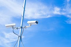 Ochrony cctv kamery na słupa niebieskiego nieba tle fotografia royalty free