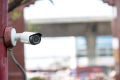 Ochrony CCTV kamery system obserwacji plenerowy dom Zamazany nocy miasta głąbika tło Nowożytna CCTV kamera na ścianie obrazy stock
